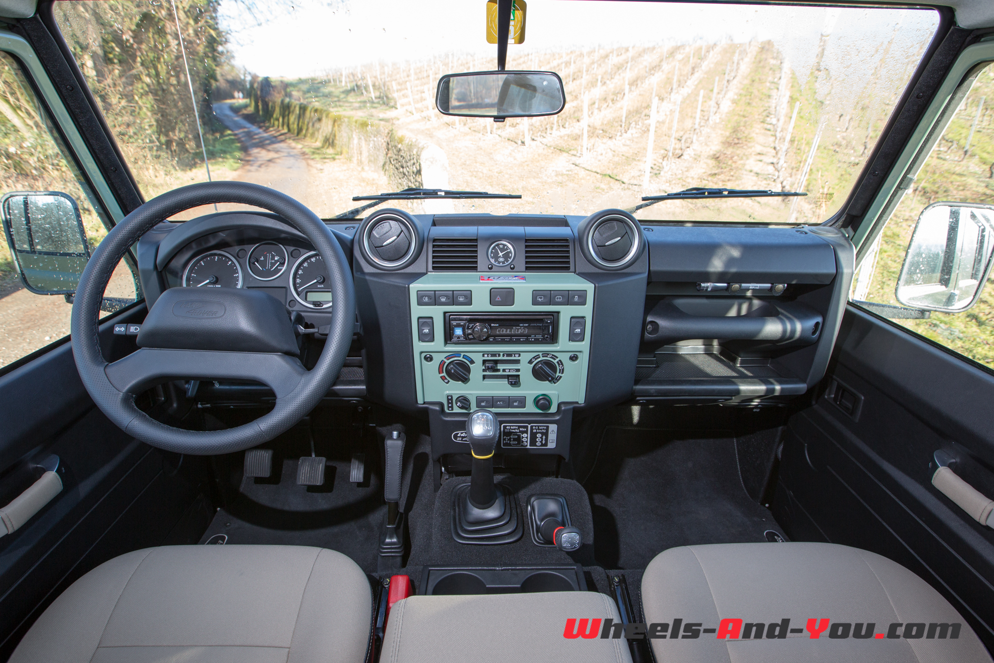 Essai land rover defender requiem pour une l gende for Interieur defender 90